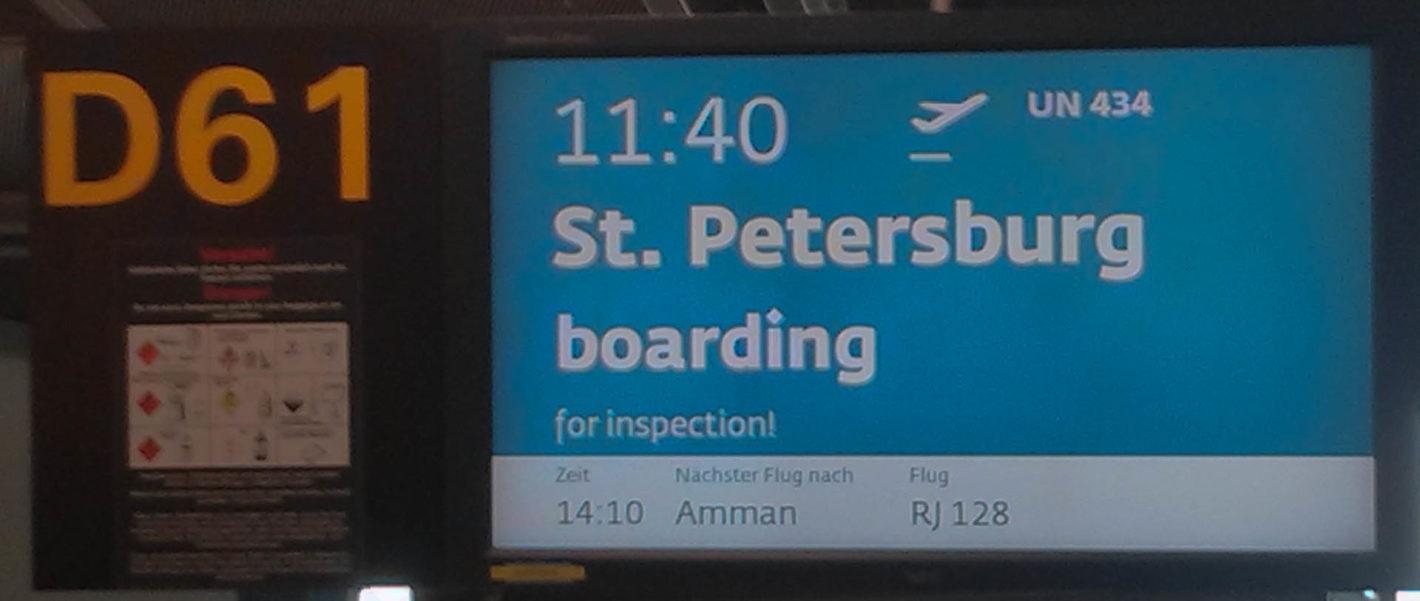 """Anzeigetafel """"St. Petersburg boarding"""" für Flug UN 434"""