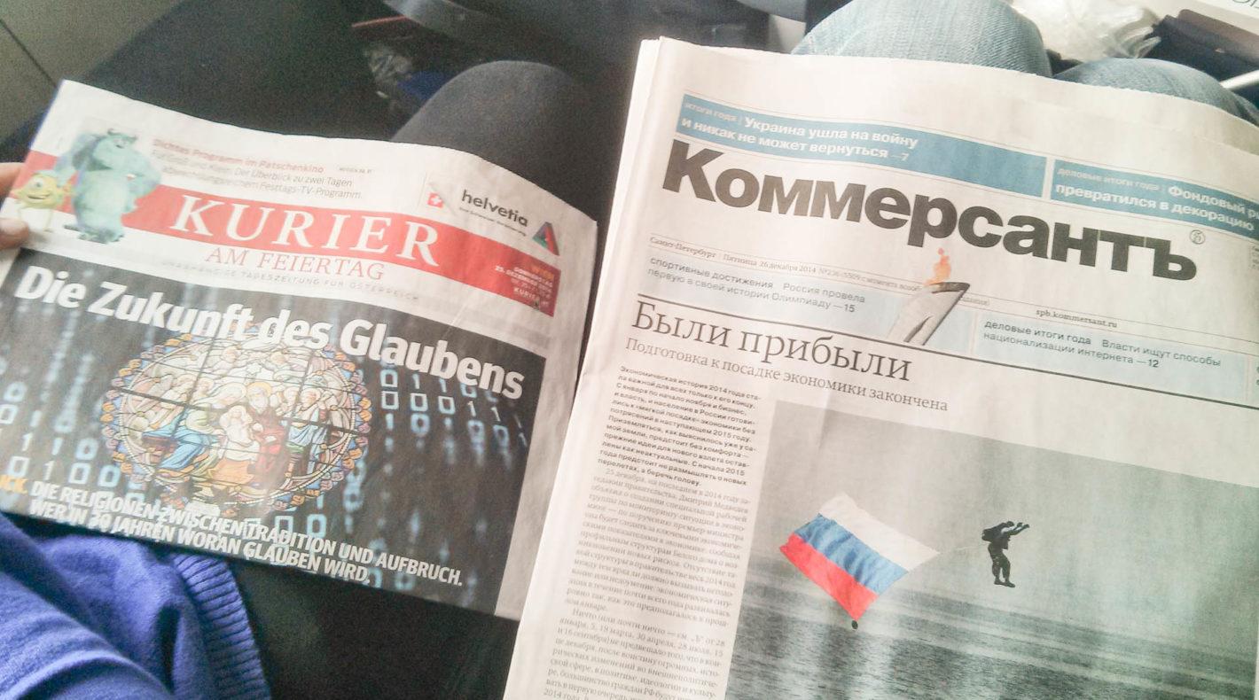Zwei Zeitungen, Kurier aus Österreich und eine russische Zeitung mit kyrillischer Schrift