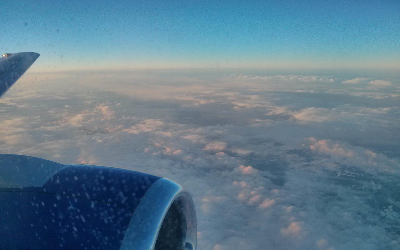 Flugzeugturbine und Wolkendecke